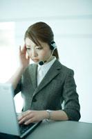 顧客対応に頭を抱える電話オペレーター