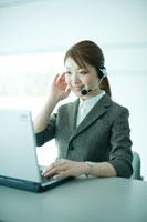 顧客対応をする電話オペレーター 24031000113| 写真素材・ストックフォト・画像・イラスト素材|アマナイメージズ