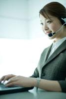 顧客対応をする電話オペレーター
