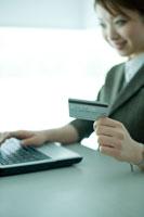 オンラインショッピングをする女性社員