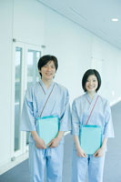 健康診断を受ける男女社員 24031000120| 写真素材・ストックフォト・画像・イラスト素材|アマナイメージズ