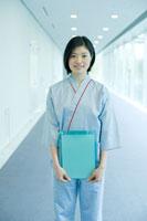 健康診断を受ける女性社員