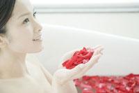 フラワーバスの花びらをすくう女性 24031000157| 写真素材・ストックフォト・画像・イラスト素材|アマナイメージズ