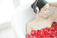 フラワーバスで音楽を聴く女性
