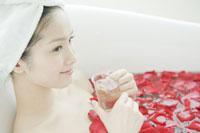 フラワーバスでハーブティーを飲む女性 24031000166| 写真素材・ストックフォト・画像・イラスト素材|アマナイメージズ