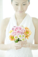 ブーケを持つ女性 24031000204| 写真素材・ストックフォト・画像・イラスト素材|アマナイメージズ