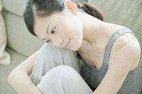 ソファーの上で寛ぐ女性 24031000231| 写真素材・ストックフォト・画像・イラスト素材|アマナイメージズ