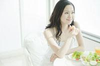 サラダを食べる女性 24031000239| 写真素材・ストックフォト・画像・イラスト素材|アマナイメージズ