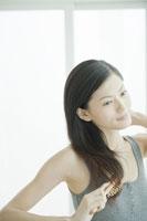 髪をとかす女性 24031000254A| 写真素材・ストックフォト・画像・イラスト素材|アマナイメージズ