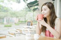 カフェでコーヒーを飲む女性 24031000260| 写真素材・ストックフォト・画像・イラスト素材|アマナイメージズ