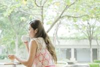 カフェでコーヒーを飲む女性
