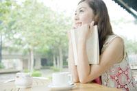 カフェで読書する女性 24031000266| 写真素材・ストックフォト・画像・イラスト素材|アマナイメージズ