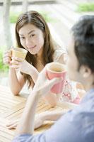 カフェでコーヒーを飲むカップル