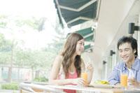 カフェでランチを食べるカップル