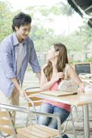 カフェで女性をエスコートする男性