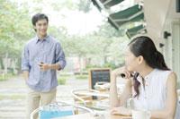 カフェで男性と待ち合わせをする女性