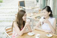 カフェでカフェラテを飲む女性たち