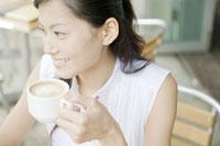 カフェでカフェラテを飲む女性