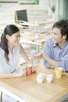 カフェで女性にプレゼントを渡す男性