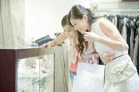 ブティックで買い物を楽しむ女性たち