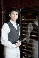 ワインボトルを持つウェイター 24031000362| 写真素材・ストックフォト・画像・イラスト素材|アマナイメージズ