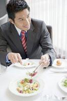 レストランでサラダを食べるビジネスマン