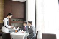 テーブルチェックをするビジネスマン