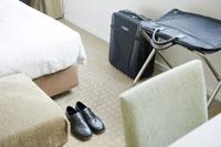 ホテルの部屋に置かれた革靴と旅行鞄 24031000436| 写真素材・ストックフォト・画像・イラスト素材|アマナイメージズ