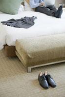 ホテルの部屋に置かれた革靴