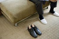革靴とスリッパを履いたビジネスマン