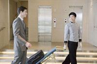 荷物を運ぶポーターとビジネスマン