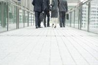 オフィス街を歩く男女社員