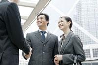 オフィス街で握手をするビジネスマン 24031000489| 写真素材・ストックフォト・画像・イラスト素材|アマナイメージズ