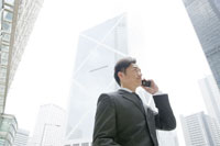 オフィス街で携帯電話で話すビジネスマン