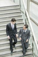 階段を下りるビジネスマン