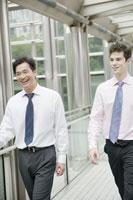 オフィス街を笑顔で歩くビジネスマン