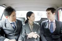 タクシーで商談をする男女社員