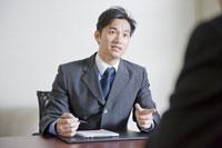 会議室で商談するビジネスマン