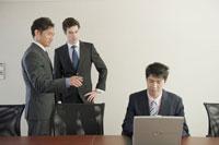 会議室でパソコンを操作するビジネスマン