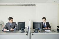 オフィスでパソコンの画面を見るビジネスマン 24031000534| 写真素材・ストックフォト・画像・イラスト素材|アマナイメージズ