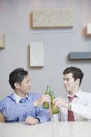 ビールを飲むビジネスマン