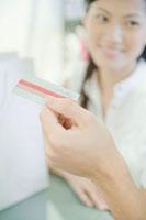 クレジットカードで支払いをする男性の手元と女性