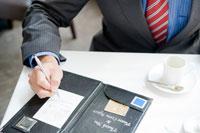 クレジットカードで支払いをするビジネスマンの手元
