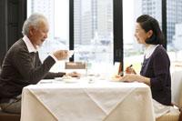カフェでお茶を飲むシニアカップル 24032000035| 写真素材・ストックフォト・画像・イラスト素材|アマナイメージズ