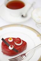 赤いケーキと紅茶