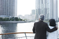 船のデッキから景色を眺めるシニアカップルの後ろ姿 24032000057| 写真素材・ストックフォト・画像・イラスト素材|アマナイメージズ