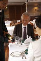 ワインの銘柄を確認するシニアカップル