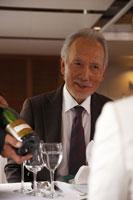 ワインの銘柄を確認するシニアカップル 24032000086  写真素材・ストックフォト・画像・イラスト素材 アマナイメージズ