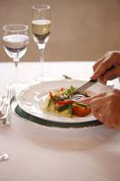 食事をするシニア男性の手元