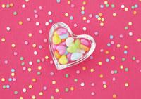 カラフルなバックとハートのキャンディ 24033000213| 写真素材・ストックフォト・画像・イラスト素材|アマナイメージズ